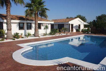 Vista de la piscina y las Villas